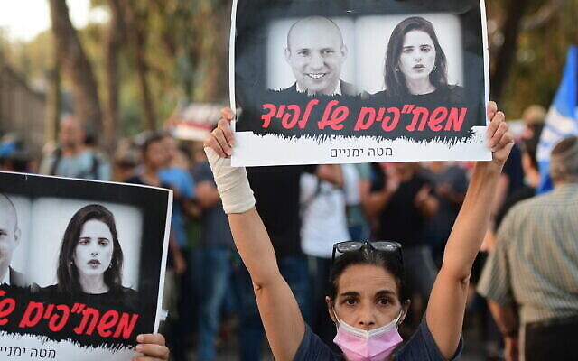 Des manifestants de droite aux abords de l'habitation de la députée Ayelet Shaked, de Yamina, pour dénoncer le gouvernement d'unité avec Yair Lapid et Yesh Atid, le 30 mai 2021. (Crédit : Avshalom Sassoni/Flash90)
