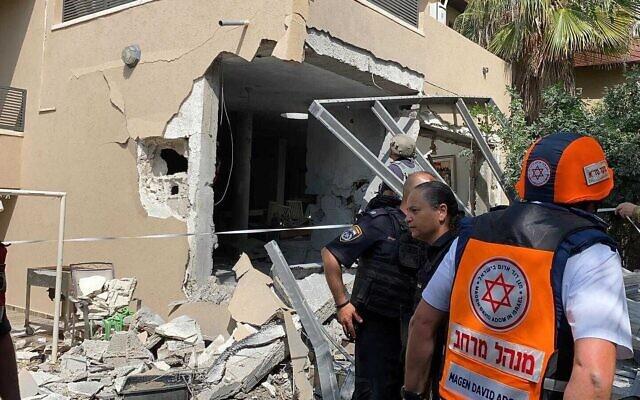 Un immeuble touché par une roquette à Ashkelon, le 20 mai 20210. (Crédit : Magen David Adom)