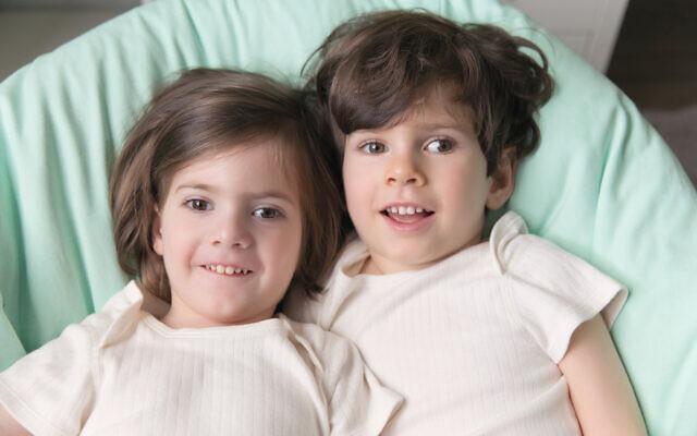 Josh, à gauche, et Benny Landsman de Brooklyn, à New York, participent à un essai clinique pour traiter la maladie de Canavan. (Crédit : Rachel Abrams Photography/ via Dayton Jewish Observer)