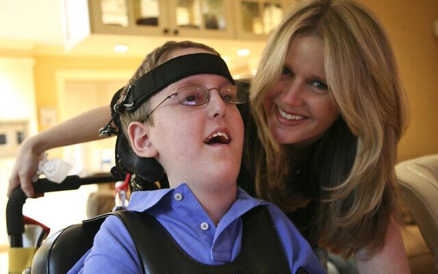 Jordana Holovach avec feu son fils, Jacob, mort de la maladie de Canavan à l'âge de 19 ans. (Autorisation : Jordana Holovach/ via Dayton Jewish Observer)