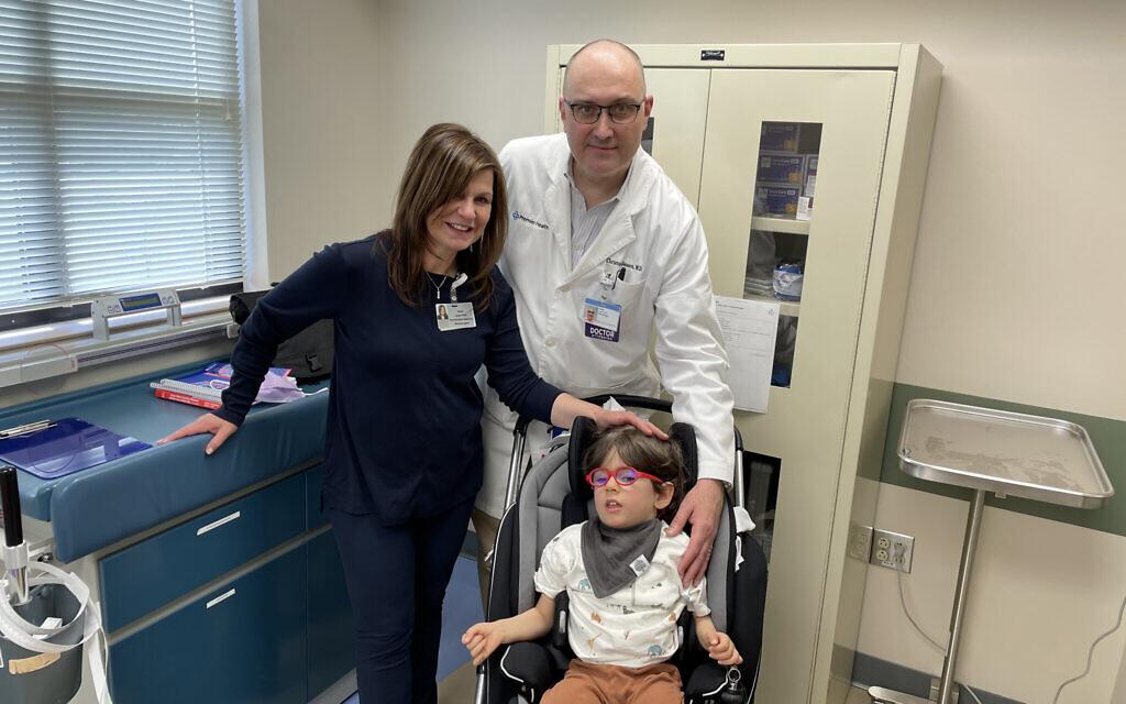 Benny Landsman avec Paola Leone et le docteur Christopher G. Janson à l'hôpital pour enfants Dayton, le 8 avril 2021. (Autorisation : Famille Landsman/ via Dayton Jewish Observer)