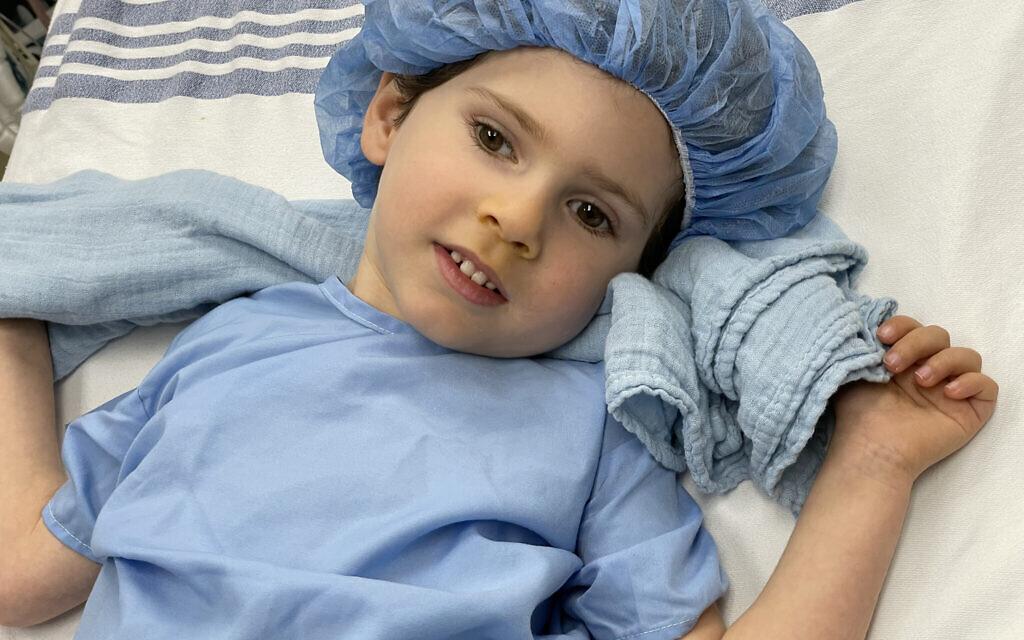 Benny Landsman, 4 ans, à l'hôpital pour enfants Dayton avant une intervention chirurgicale pour l'essai d'une toute nouvelle thérapie génique pour soigner la maladie de Canavan. (Autorisation : Famille Landsman/ via Dayton Jewish Observer)