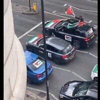 Un convoi de voitures filmé sur Finchley Road à Londres dont les passagers hurlent des insultes antisémites à l'aide de mégaphones, le 16 mai 2021. (Capture d'écran)
