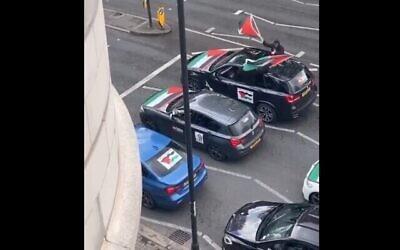 Un convoi de voitures filmé sur Finchley Road à Londres dont les passagers crient des insultes antisémites, le 16 mai 2021. (Capture d'écran)