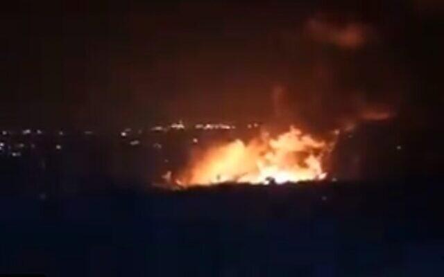 Incendie dans la ville portuaire syrienne de Lattaquié, prétendument causé par une frappe aérienne israélienne, le 5 mai 2021 (Capture d'écran/Twitter).
