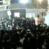 Capture d'écran de la vidéo de la bousculade mortelle lors de Lag B'Omer au Mont Meron, le 30 avril 2021. (Douzième chaîne)