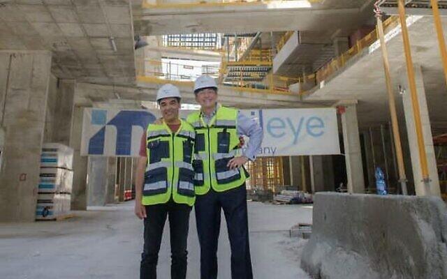 Le PDG d'Intel Pat Gelsinger (à gauche) visite le nouveau siège de Mobileye avec Amnon Shashua, PDG de Mobileye, à Jérusalem, en Israël, le 2 mai 2021.