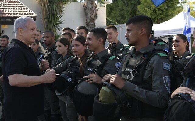 Le Premier ministre en visite du siège de la police des frontières à Lod, le 13 mai 2021. (Crédit : Kobi Gideon/GPO)