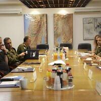 Le Premier ministre Benjamin Netanyahu tient actuellement une consultation de sécurité à la Kirya à Tel Aviv avec le ministre de la Défense, le chef d'état-major de Tsahal, le chef du Conseil de sécurité nationale, le chef du Shin Bet, le chef du Mossad (Crédit : ministère de la Défense)