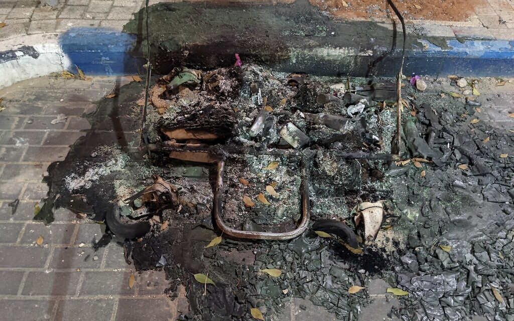 Une poubelle incendié au milieu d'une rue de Jaffa, le 12 mai 2021. (Crédit : Elie Bleier).