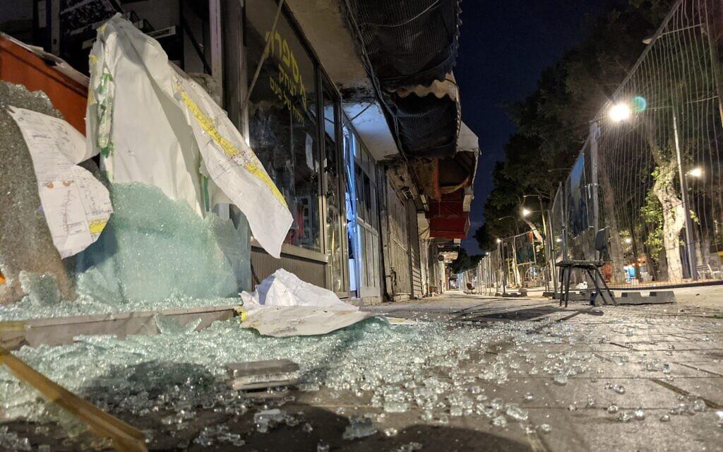Vitrines brisées de magasins sur le boulevard Jérusalem au nord de Jaffa, le 17 mai 2021. (Crédit : Elie Bleier)