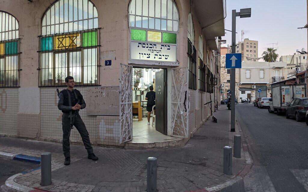La police monte la garde devant une synagogue, au nord de Jaffa, le 18 mai 2021. (Crédit : Elie Bleier)
