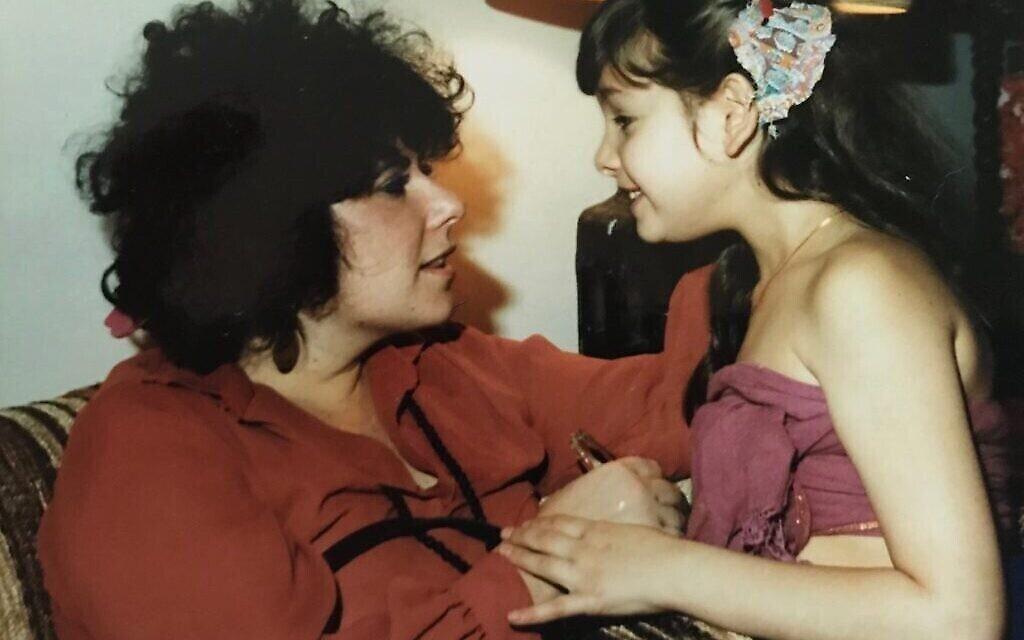 Ronit Plank avec sa mère en 1980, première année après le retour de sa mère d'un voyage d'un an dans l'ashram Bhagwan Rajneesh Shree à Pune, en Inde. (Autorisation)
