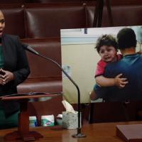 La représentante Ayana Pressley s'exprime devant la chambre, le 13 mai 2021. (Capture d'écran/Chambre américaine des représentants)