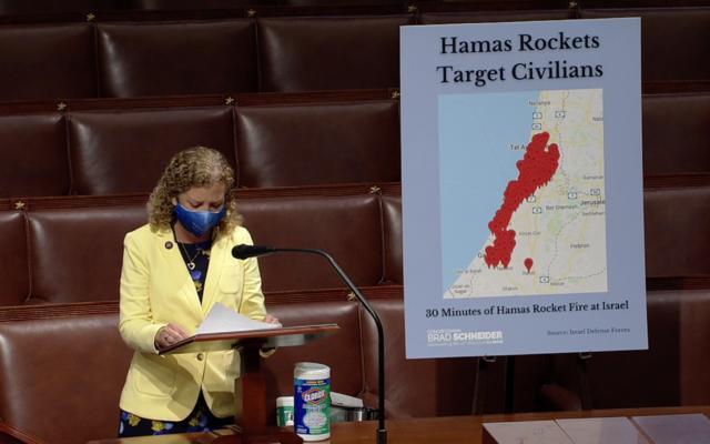 La représentante Debbie Wasserman Shultz   s'exprime devant la chambre, le 13 mai 2021. (Capture d'écran/Chambre américaine des représentants)