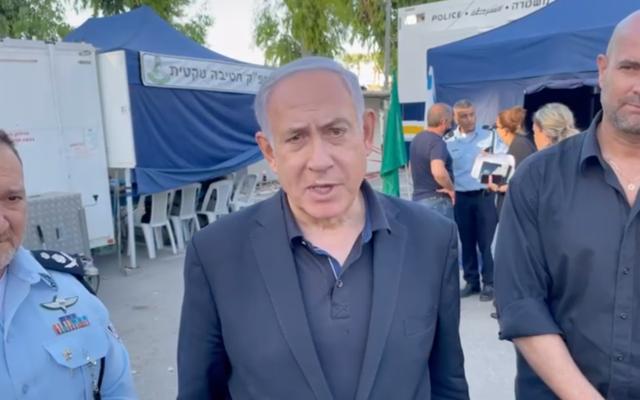 Le Premier ministre Benjamin Netanyahu lors d'une déclaration à la presse à Lod, le 14 mai 2021. (Capture d'écran/Prime Minister's Office)