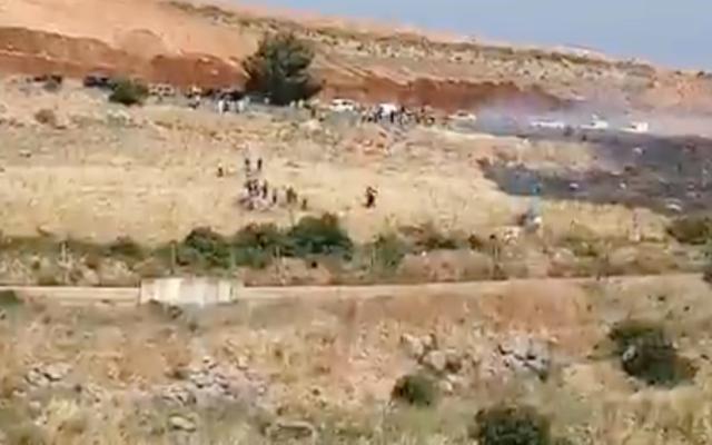 Des Libanais manifestent le long de leur frontière avec Israël le 14 mai 2021. (Crédit: Capture Scren / Twitter)