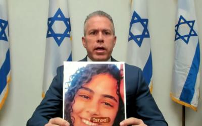 L'envoyé israélien à l'ONU,  Gilad Erdan brandit une photo de Nadin Awad, tuée par une roquette du Hamas, au Conseil virtuel de sécurité de l'ONU, le 16 mai 2021. (Capture d'écran :  UN TV)