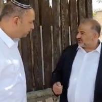 Le chef du parti Raam Mansour Abbas rencontre le maire de Lod,  Yair Revivo, le 17 mai 2021. (Capture d'écran :  Kan)