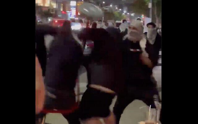 Des manifestants pro-palestiniens agressent des Juifs dans un restaurant à Los Angeles, le 19 mai 2021. (Capture d'écran : Twitter)