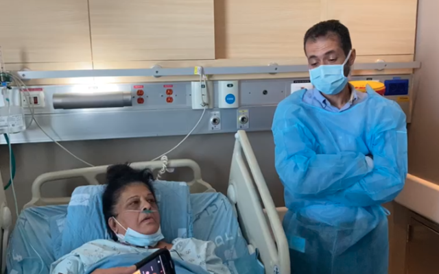 Photo de Randa Aweis (d), 58 ans, une femme arabe qui vient juste de recevoir un rein d'Yigal Yehoshua un homme juif tué par des émeutiers arabes à Lod, en mai 2021, aux côtés du Dr Abed Halaila, Chef du département des Transplantations du centre Médical Hadassah. (Photo utilisée avec la permission du Centre médical Hadassah)