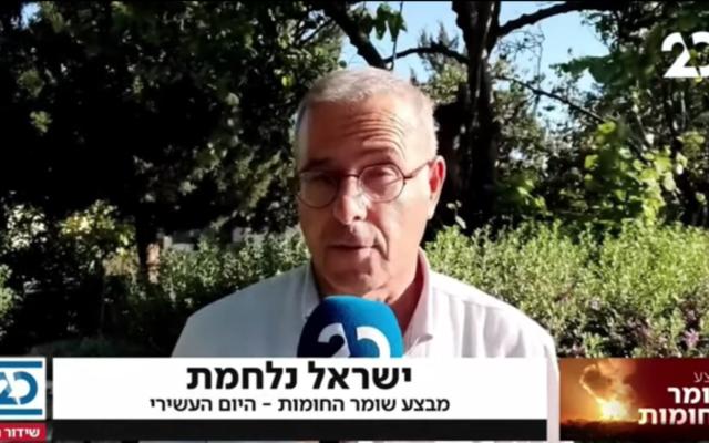 Le correspondant de la Vingtième chaîne Kobi Finkler lors d'une émission le 19 mai 2021. (Capture d'écran / YouTube)