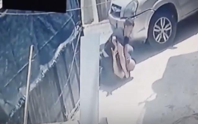 Capture d'écran d'une vidéo où un agent de sécurité israélien frappe un Palestinien dans le quartier de Silwan à Jérusalem-Est, postée le 29 avril 2021. (Capture d'écran : Wadi Hilweh Information Center/ Twitter)