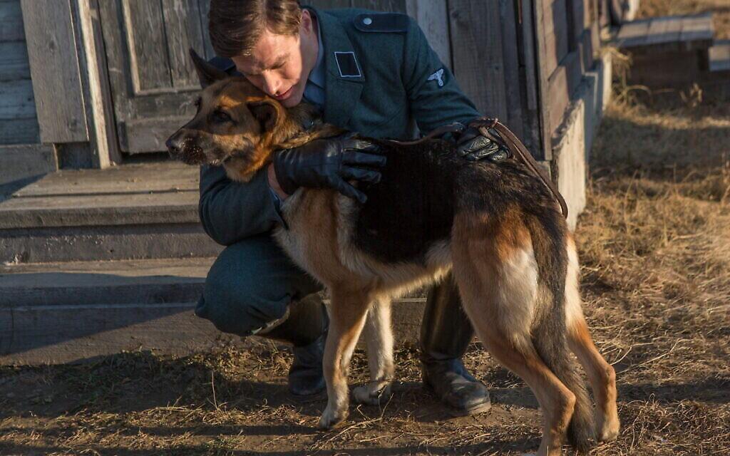 """(Crédit : Ken Duken dans le rôle de """"Ralph"""" et le chien """"Caleb"""" dans """"Shepherd : L'histoire d'un chien juif """" (JDog Films)"""