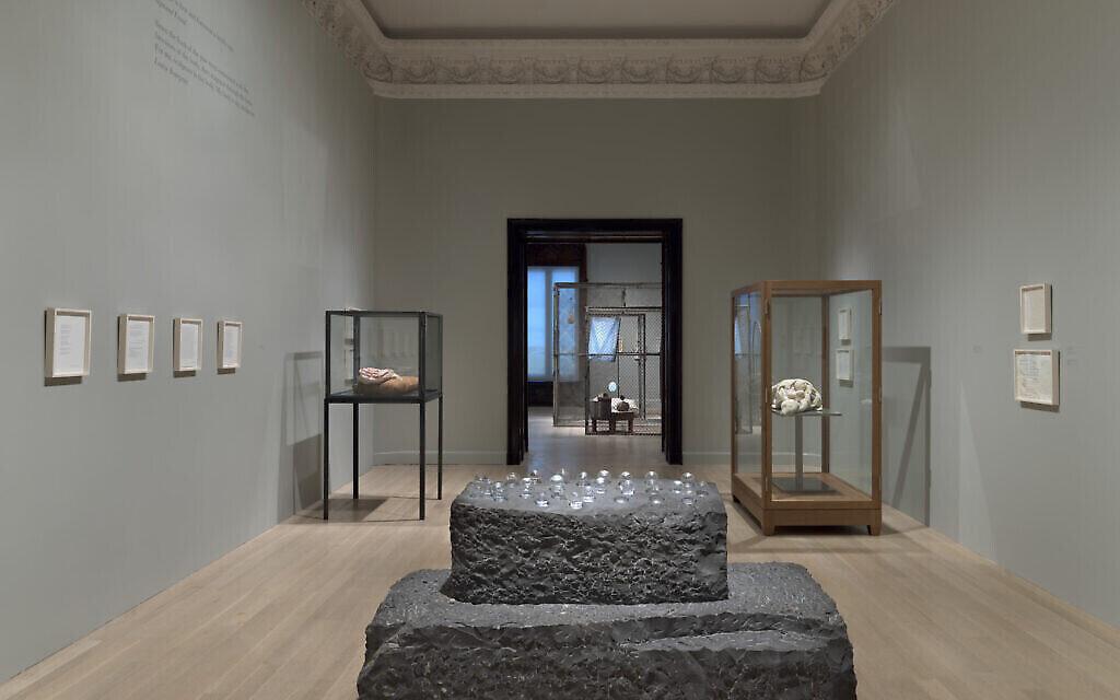 "Vue de l'installation : ""Louise Bourgeois, la fille de Freud"" au musée juif de New York. (Crédit :  Ron Amstutz. © The Easton Foundation/ Licensed by VAGA at Artists Rights Society, New York)"