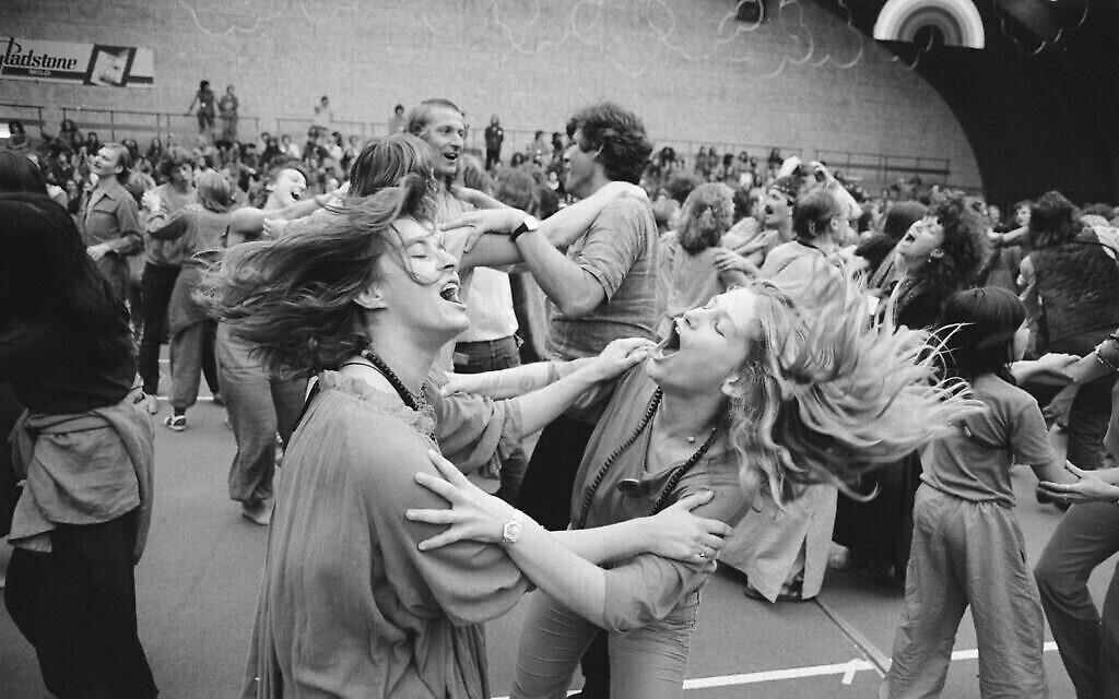 L'Affaire de la pleine lune orange au  Bhagwanfestival international d'Amsterdam, au mois de juillet 1981. (Crédit : Marcel Antonisse / Anefo, CC0, via Wikimedia Commons)