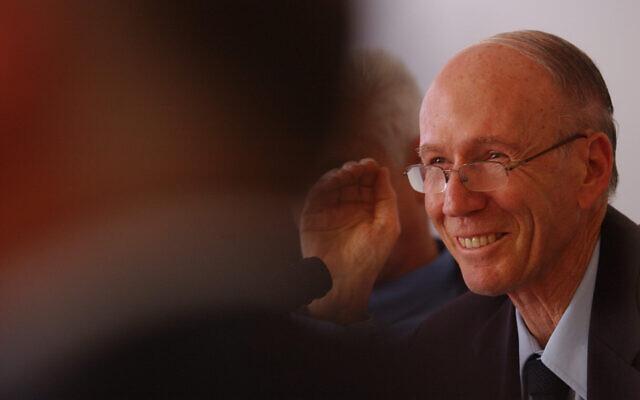 David Klein, gouverneur de la Banque d'Israël, le 30 mars 2004. (Crédit : Flash90)