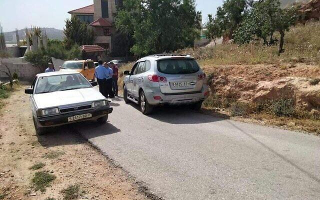 Le véhicule (à droite) soupçonné d'avoir été utilisé dans une fusillade en voiture retrouvé dans le village d'Aqraba, dans le nord de la Cisjordanie, le 3 mai 2021. (Réseaux sociaux)