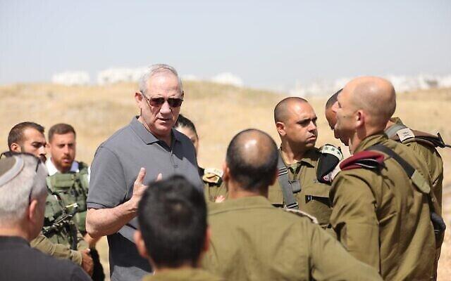 Le ministre de la Défense Benny Gantz effectue une tournée en Cisjordanie, le 4 mai 2021. (Elad Malka)