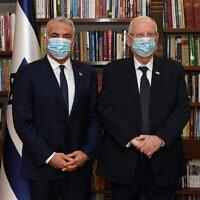 Le président Reuven Rivlin, à droite, rencontre le leader du parti Yesh Atid, Yair Lapid, à la résidence du président de Jérusalem, le 5 mai 2021. (Crédit : Haim Zach/GPO)