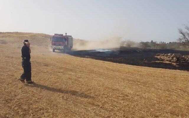 Une terre dans le sud d'Israël, près de la frontière de Gaza, brûlée par des ballons incendiaires envoyés depuis Gaza. (Moshe Baruchi/KKL-JNF/autorisation)