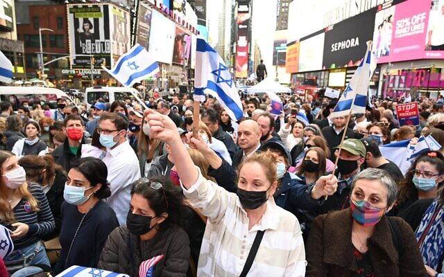 Des milliers de New-Yorkais rassemblés en soutien à Israëlà Times Square, le 12 mai 2021. (Crédit :  Shahar Azran)