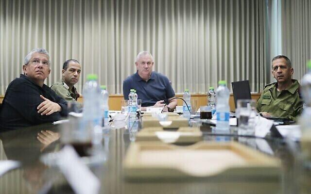 Sur cette photo distribuée par son bureau, le ministre de la Défense Benny Gantz (C) et le chef d'état-major Aviv Kohavi (D) procèdent à une évaluation des combats en cours entre Israël et les groupes terroristes palestiniens dans la bande de Gaza, le 14 mai 2021. (Crédit : Elad Malka)