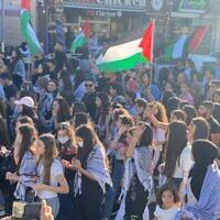 Des milliers de manifestants pendant la Journée de la Nakba à Sakhnin, dans le nord d'Israël, le 15 mai 2021. (Crédit : Ali Siryouji/Joint List)