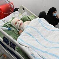 Muhammad, 12 ans, qui a été blessé par une bombe artisanale, vendredi, sur son domicile de Haïfa, dans son lit de l'hôpital Sheba. (Autorisation : Centre médical Sheba)