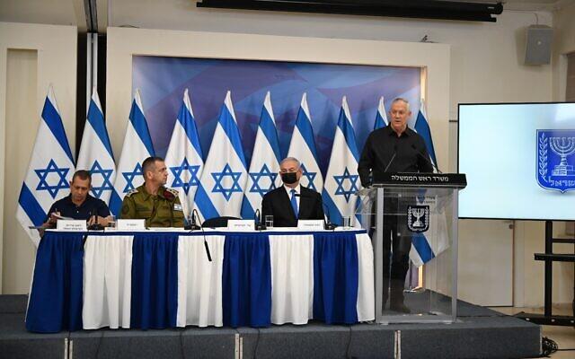 De gauche à droite : le chef du Shin Bet  Nadav Argaman, le chef d'État-major de l'armée israélienne Aviv Kohavi, le Premier ministre Benjamin Netanyahu et le ministre de la Défense Benny Gantz, lors d'une conférence de presse à l'issue du cessez-le-feu avec Gaza, au siège de l'armée à Tel Aviv, le 21 mai 2021. (Crédit : Tal Oz/Defense Ministry)