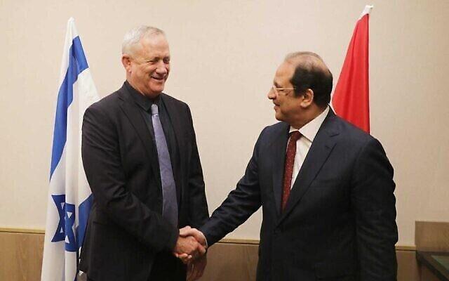 Le ministre de la Défense, Benny Gantz (à gauche), rencontre les services de renseignements égyptiens, Abbas Kamel, dans son bureau à Tel Aviv, le 30 mai 2021. (Crédit : Elad Malka/Ministère de la Défense)