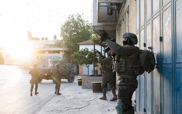 Sur une photo publiée par l'armée israélienne le 4 mai 2021, des soldats sont en Cisjordanie dans le cadre d'une chasse à l'homme visant à retrouver les suspects d'une attaque au volant d'une voiture qui a fait trois blessés israéliens. (Crédit : armée israélienne)