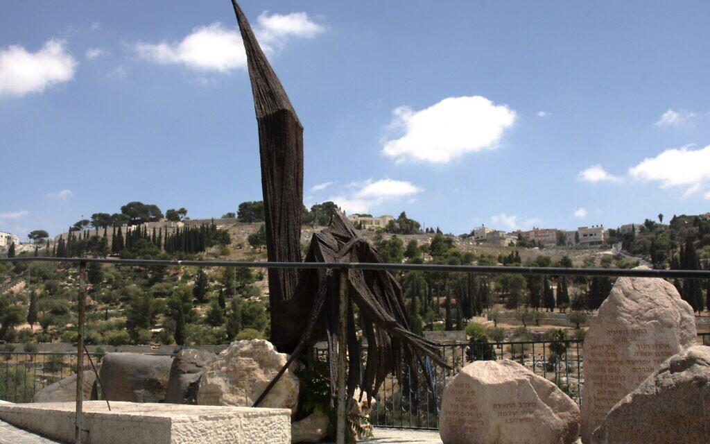Le monument de l'aigle, érigé en mémoire des soldats de la guerre des Six jours aux abords de la Vieille Ville de Jérusalem, à la porte des Lions. (Crédit : Shmuel Bar-Am)