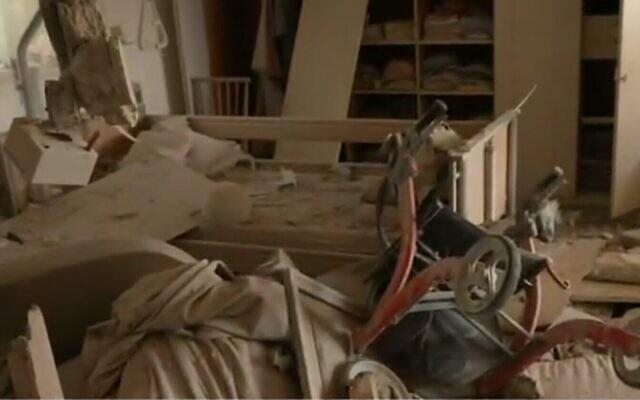L'appartement dévasté d'Ashkelon dans lequel deux femmes ont été tuées par des tirs de roquettes depuis Gaza, le 11 mai 2021 (Crédit : capture d'écran de la Douzième chaîne)