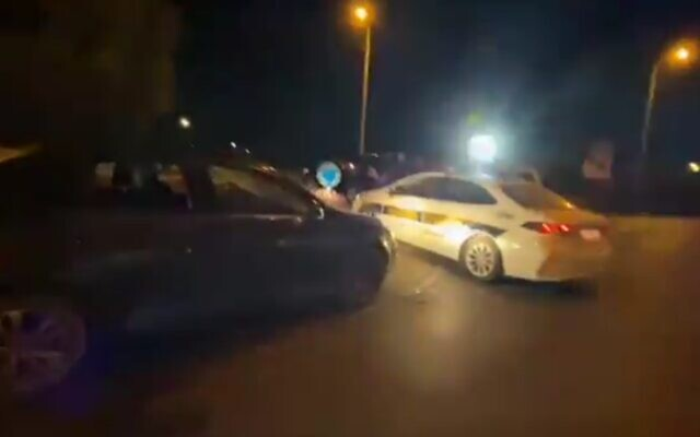 La scène de crime à Binyamina où la police soupçonne une foule juive d'avoir battu un conducteur arabe le 27 mai 2021. (Capture d'écran)