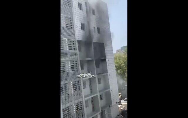 Un immeuble en feu à Holon, le 5 mai 2021. (Capture d'écran Tiwtter)
