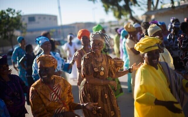 Des membres de la communauté des Hébreux noirs de Dimona dansent lors des festivités marquant le festival de Chavouot dans la ville de Dimona, dans le sud d'Israël, le 26 mai 2013. (Yonatan Sindel / Flash90)