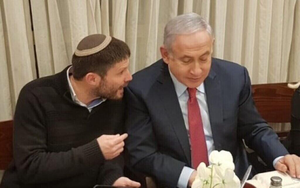 Le dirigeant du Parti sioniste religieux Bezalel Smotrich (à gauche) et le Premier ministre Benjamin Netanyahu. (Dossier ; Autorisation)