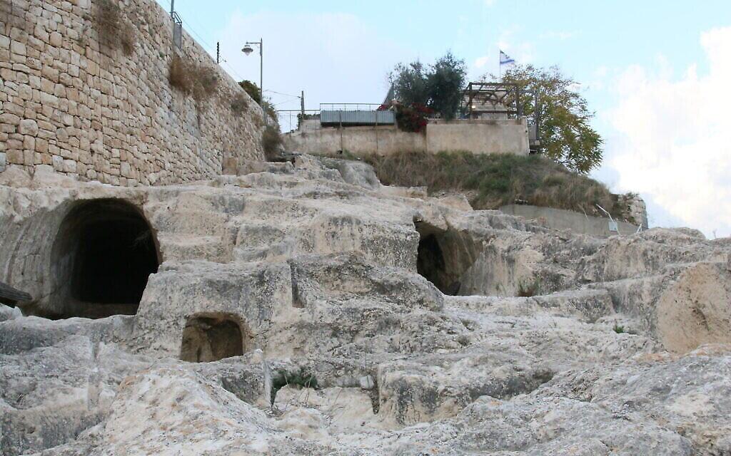 Les caveaux romains présumés au-dessus du bassin de Siloam dans la Cité de David de Jérusalem. (Crédit : Shmuel Bar-Am)