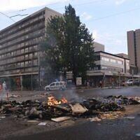 Un incendie à Sarcelles, en France, à la suite d'un rassemblement pro-palestiniens qui s'est transformé en émeute, le 20 juillet 2014. (Crédit : Cnaan Liphshiz / JTA)